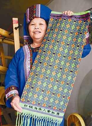壮锦技艺传承人和她的弟子们