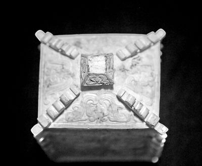 敖和藏玉方彝,材质为和田玉。