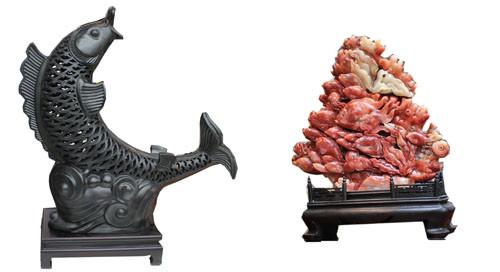 """图为:左图为""""聚彩源""""的黑陶摆件,右图为""""古今来家饰""""的寿山石摆件"""