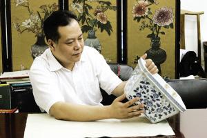 北京某典当行的专家正在对艺术品进行评估。