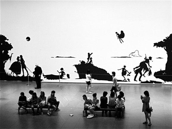 卡拉·沃克的剪纸装置作品在纽约现代艺术博物馆展出
